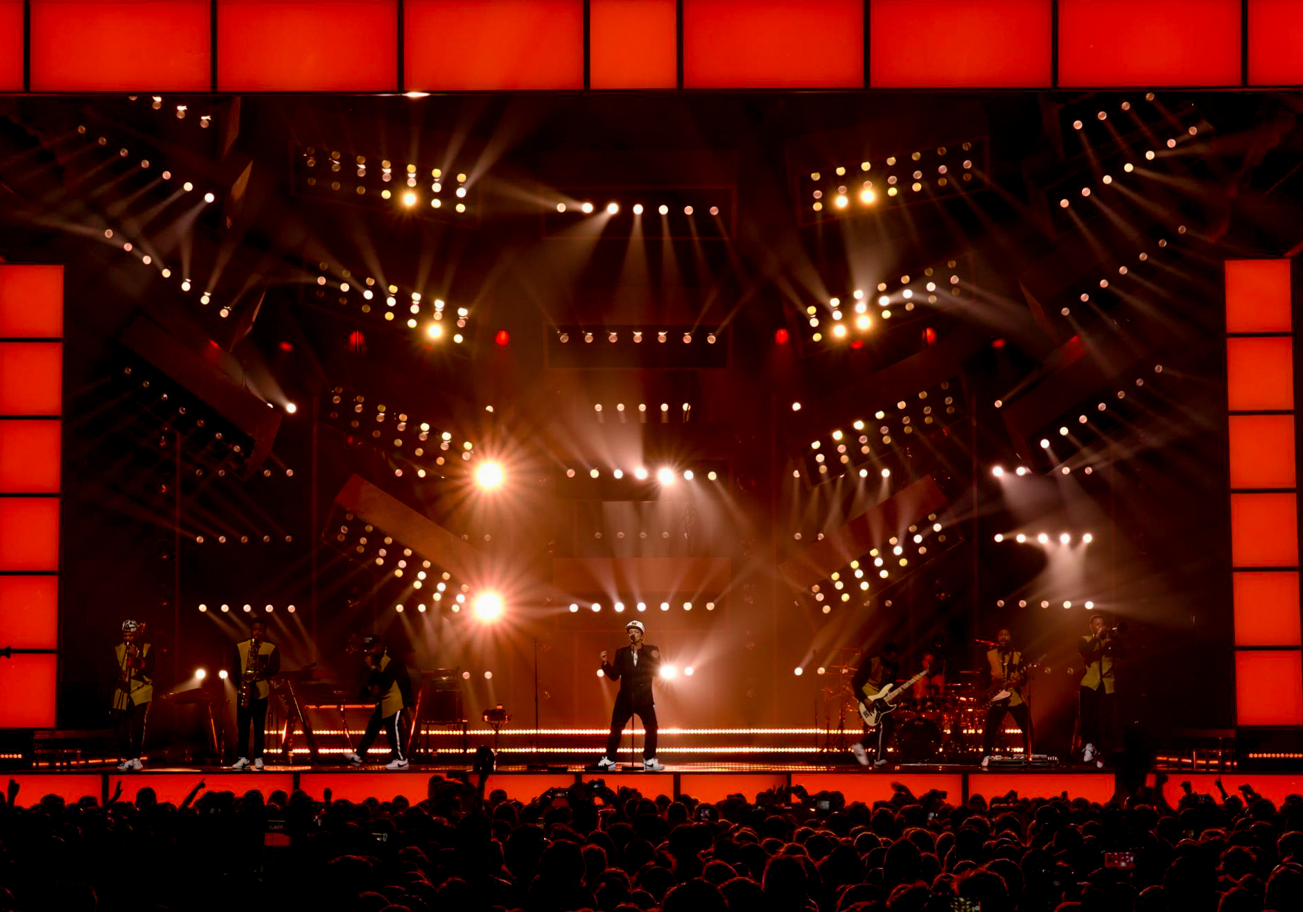 Putting Magic Of Theatrical Lighting To >> Tait Provides Full Stage Production For Bruno Mars Stage Set Design